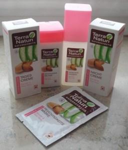 """A Terra Naturi termékcsaládja 15 és 35 éves kor közötti nőknek megelőzésre, száraz bőrre, hogy mindig üdék maradjanak. Imádom őket. Éljenek a """"gumipókok""""! ;)"""